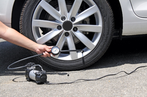 How to inflate a tire using a tire inflator